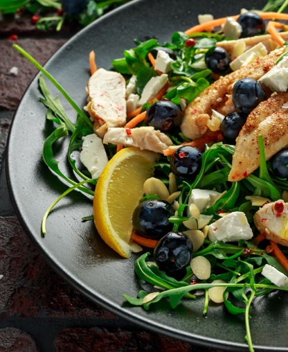 2. Salada de Frango com Mirtilos